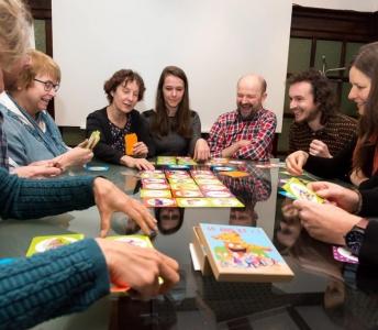 50 ans et +, pensez aujourd'hui à votre logement de demain» : création d'un jeu de société pour susciter le dialogue intergénérationnel