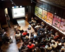 Des étudiants à la découverte de Charleroi à la Maison de l'urbanisme