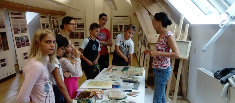 Exposition «Trésors cachés des façades» à Charleroi : 3 classes de l'école St Louis de Monceau-sur-Sambre à l'Espace Wallonie !